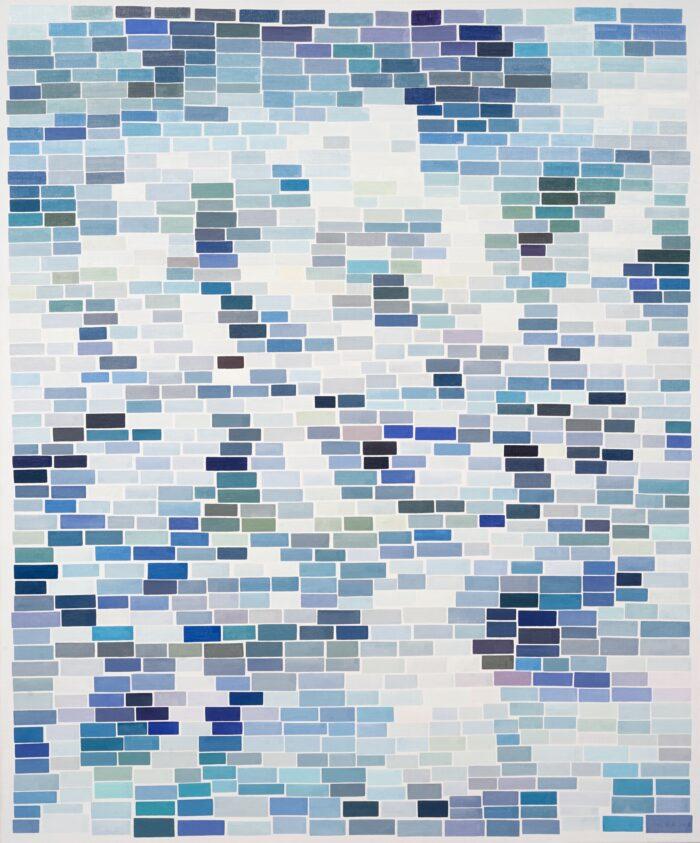 Die Farbe ist eine Verführung. Bestehend aus zahlreichen, rechteckigen Kästchen, entsteht ein Bild, das der Betrachter in seiner Gesamtheit als Blau wahrnimmt. Bei genauerem Hinschauen erkennt man aber, auch grüne, gelbe und weiße Felder – oder auch Mischungen der verschiedenen Töne. Das Gemälde lädt ein zu einem Spiel zwischen Nähe und Distanz: das scheinbar Gleiche wird dann vielleicht doch zu etwas ganz Anderem.